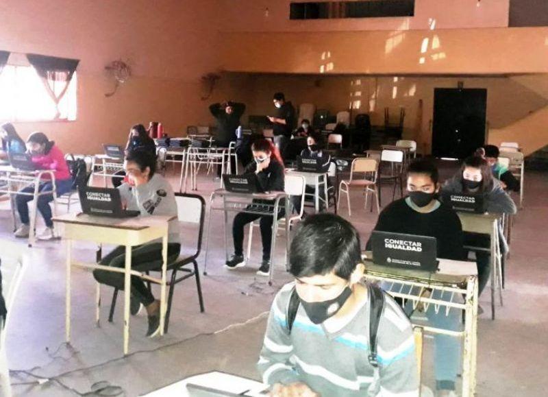 Los chicos y chicas completaron una prueba sobre lectura, matemática y ciencias, incluyendo cuestionarios sobre sus trayectorias educativas y sus entornos familiar y escolar, y las TIC.