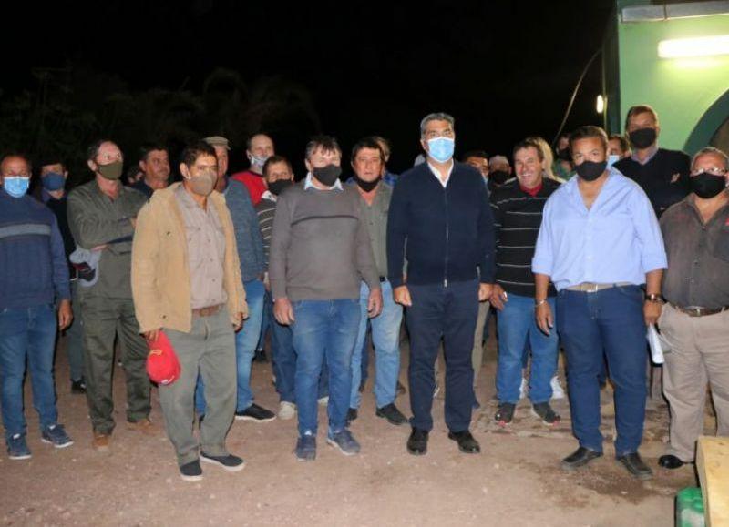El gobernador visitó a productores y recorrió los campos donde cultivan verduras, hortalizas y siembra trigo.