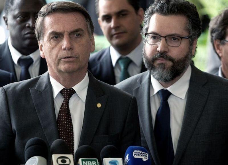 La caída de Ernesto Araújo había sido reclamada por la mayoría del Senado, que había anunciado una apertura de juicio político por su negligencia en la diplomacia frente a la política de adquisición de vacunas.