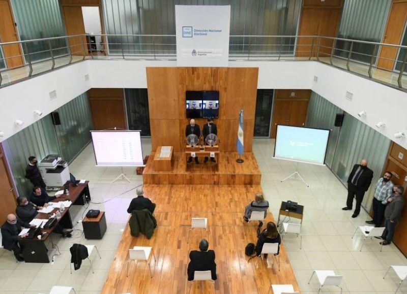 A partir del domingo 8 las agrupaciones políticas podrán comenzar a exhibir los spots de sus precandidatos a diputados y senadores en los espacios cedidos en los distintos medios de comunicación.