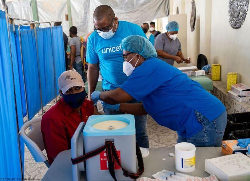 Con la llegada de medio millón de dosis de vacunas donadas por el gobierno de EE. UU. la vacunación inició rápidamente en hospitales del área metropolitana de Puerto Príncipe.