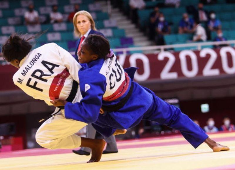 Kaliema Antomarchi de Cuba en su combate de cuartos de final contra Madeleine Malogan de Francia en la categoría de 78 kilogramos