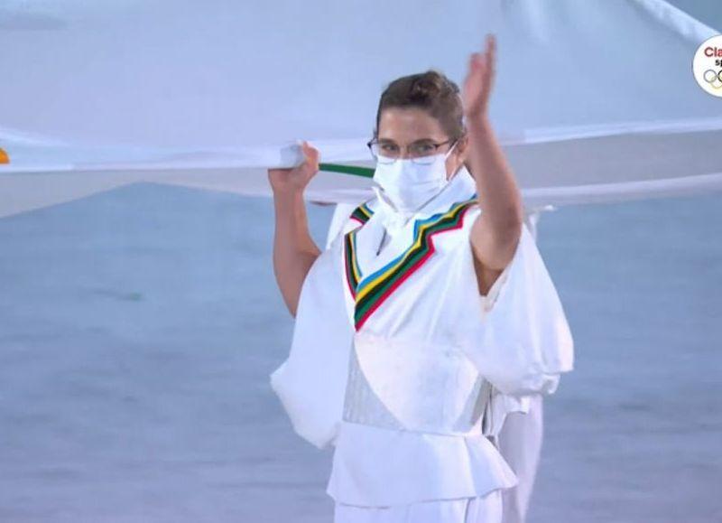 La judoca de 35 años ingresó al recinto con la bandera blanca que tiene estampados los cinco anillos olímpicos acompañada por cinco atletas con historia en la competencia.