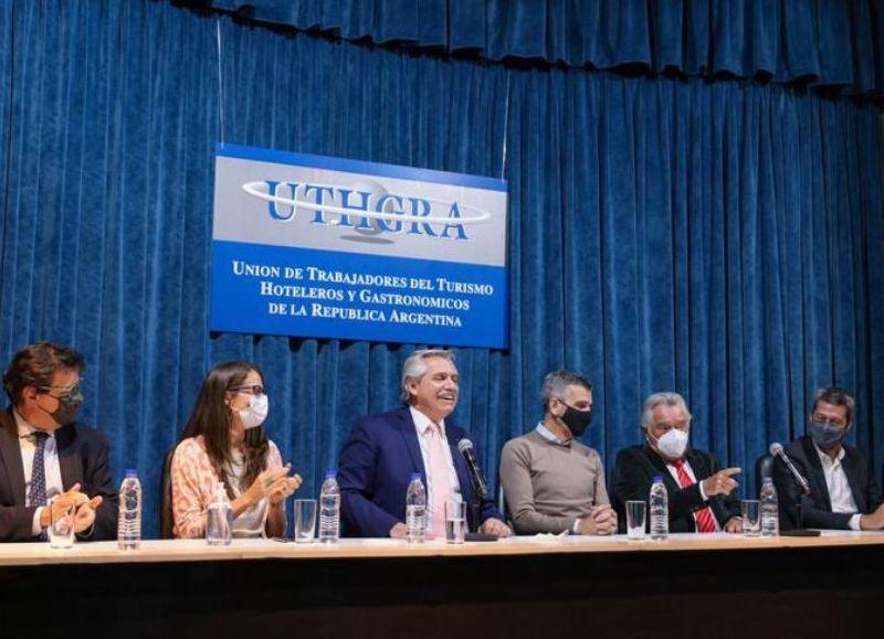 El presidente Alberto Fernández encabezó la firma del acta en la sede central de la Unión de Trabajadores del Turismo, Hoteleros y Gastronómicos de la República Argentina, UTHGRA.