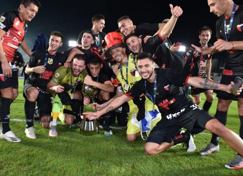 El Sabalero se impuso por 3-0 sobre La Academia con goles de Aliendro, Bernardi y Castro en San Juan y logró su primer título en toda su historia.