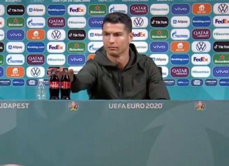 El delantero Cristiano Ronaldo, en una conferencia de prensa, corrió dos botellas de la bebida cola: murmuró que prefería agua.