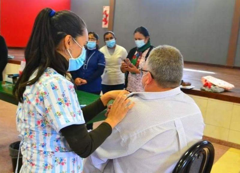 """Pío Sander recibió la primer dosis de la vacuna Sputnik V; agradeció al personal de salud """"por el compromiso"""""""