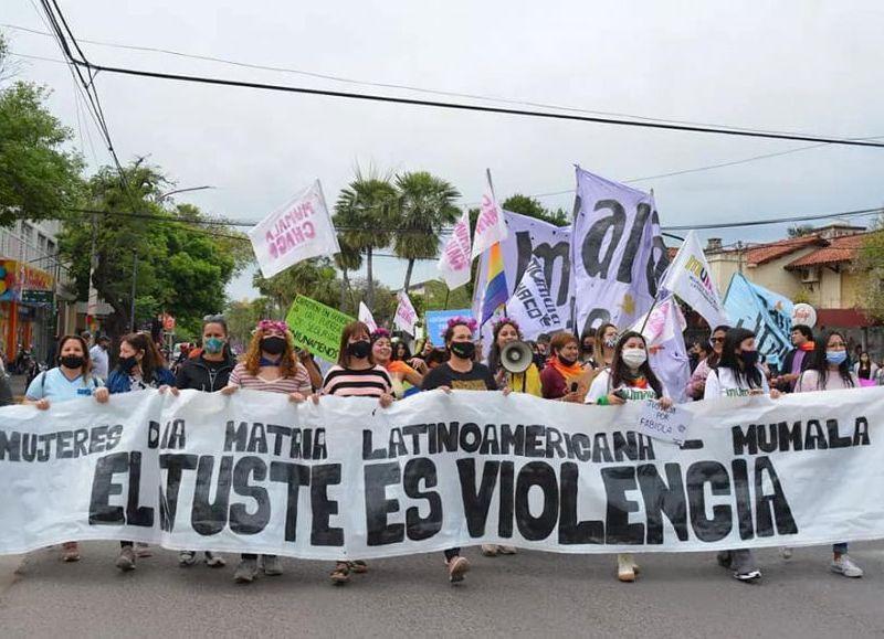 La movilización copó este viernes las calles de Resistencia con cantos, glitter y consignas que representan la lucha por una vida digna y libre de violencias.