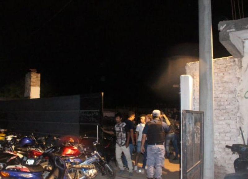 Una de las fiestas de mayor presencia de personas fue en Fortín Rivadavia 3850 con alrededor de 1.000 jóvenes participando con bebidas alcohólicas y equipo de disc-jockey a todo volumen.