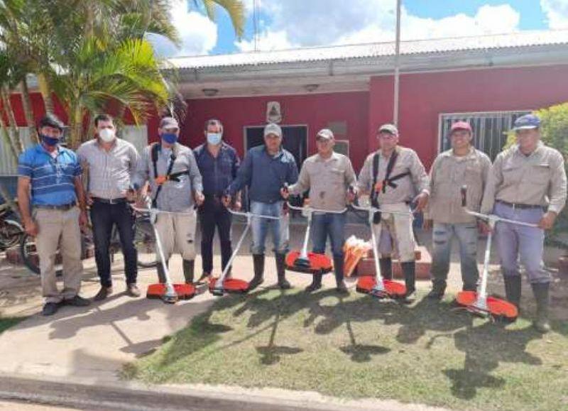 A través de un convenio suscripto entre las partes, el municipio accedió a la compra de cinco motoguadañas y una inversión de 200 mil pesos en plantines para la reforestación y puesta en valor de los espacios verdes de la localidad.