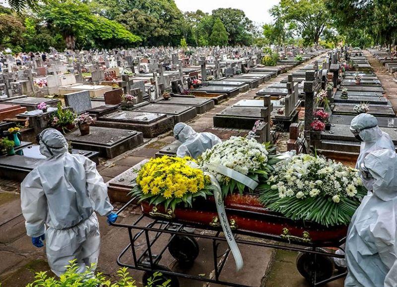 Se eleva a  317.646 el total de fallecidos desde el inicio de la pandemia en un país que se transformó en estos momentos en el epicentro del coronavirus, con una administración deficiente de la pandemia y la propagación de la cepa de Manaos.