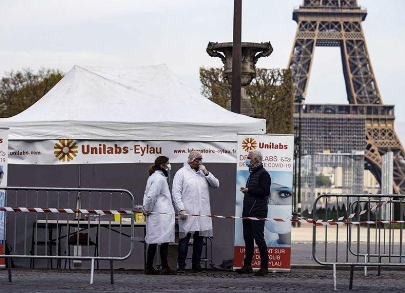 El Ejecutivo presidido por Emmanuel Macron tendrá este miércoles una nueva reunión de emergencia con las autoridades sanitarias, que ya vienen planteando que la pandemia está fuera de control.