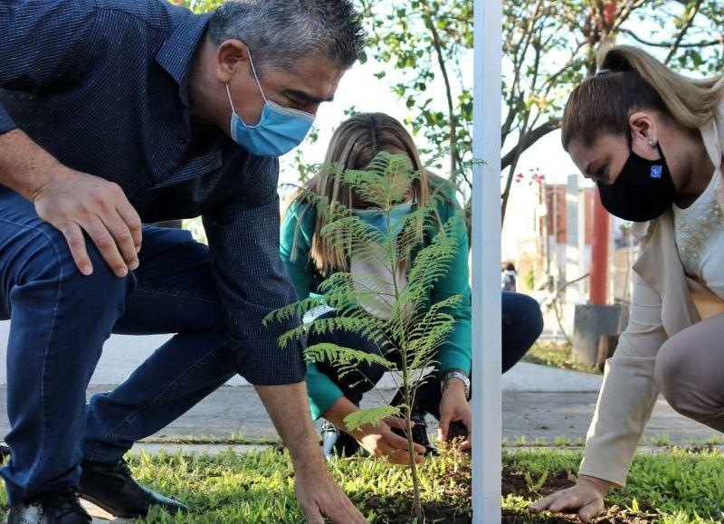 """""""Plantar Memoria"""", la intendenta portuaria se sumó a la campaña nacional."""