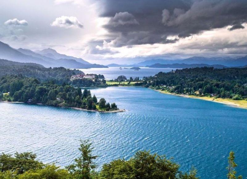 En destinos como Bariloche, un paquete que incluye vuelo y alojamiento supera los $260.000. En Mar del Plata, un matrimonio con un hijo gastará por 15 días $134.000 solo en pasajes y hotel.