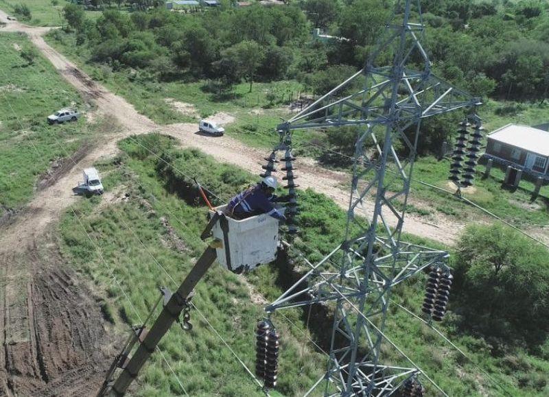 Cambio de aislación de dos líneas de 132 Kv que provienen de Puerto Bastiani hacia la zona norte y sur del Gran Resistencia, y que alimentan energía eléctrica a un 60% de toda el área metropolitana y zonas aledañas.