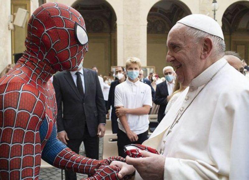 Al final de su tradicional Audiencia General de los miércoles, el Pontífice dedicó un tiempo para saludar a un hombre vestido del popular superhéroe. ¿Quién está detrás de esa máscara?