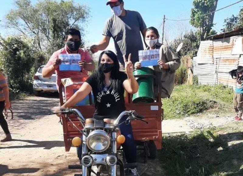 Mariela Guerra la candidata a diputada que anda en moto.