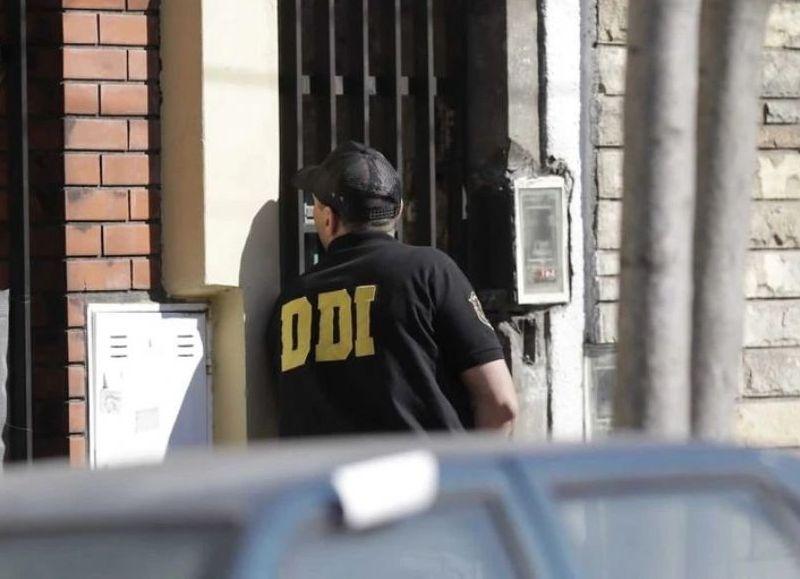 Durante el operativo también resultaron heridos cuatro policías bonaerenses, uno de ellos de gravedad. El hombre se atrincheró en su casa de Caseros y efectuó unos 300 disparos. Tenía antecedentes penales.