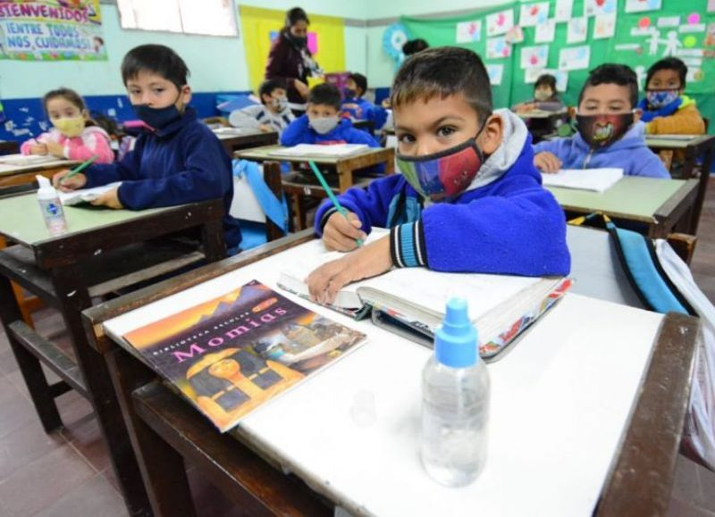 Todos los niveles, modalidades y servicios educativos de la provincia desarrollarán clases presenciales con todos sus alumnos y alumnas. El territorio provincial fue categorizado con riesgo bajo o medio.
