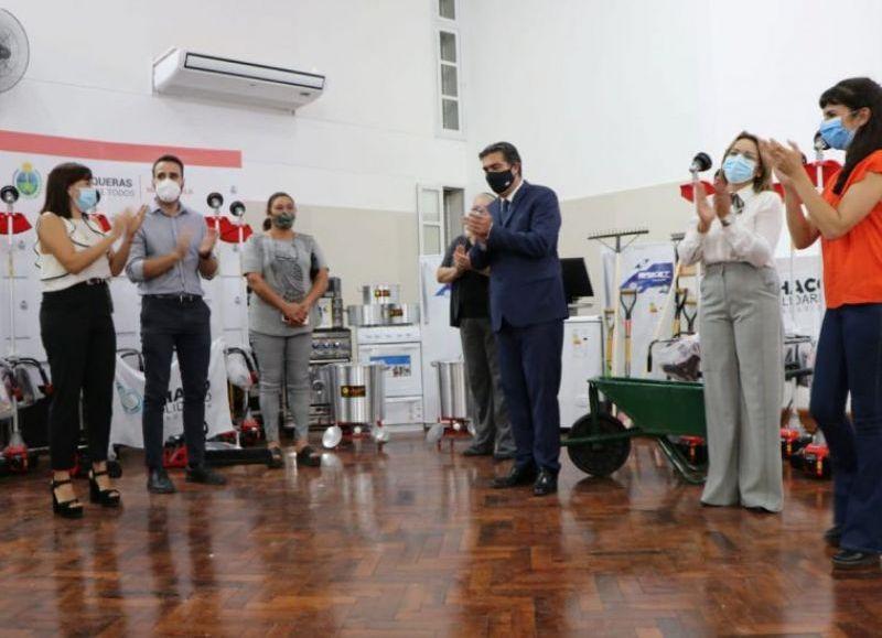 """Autoridades provinciales entregaron herramientas y maquinarias para iniciativas solidarias y proyectos del Plan """"Emprendemos Todxs""""."""