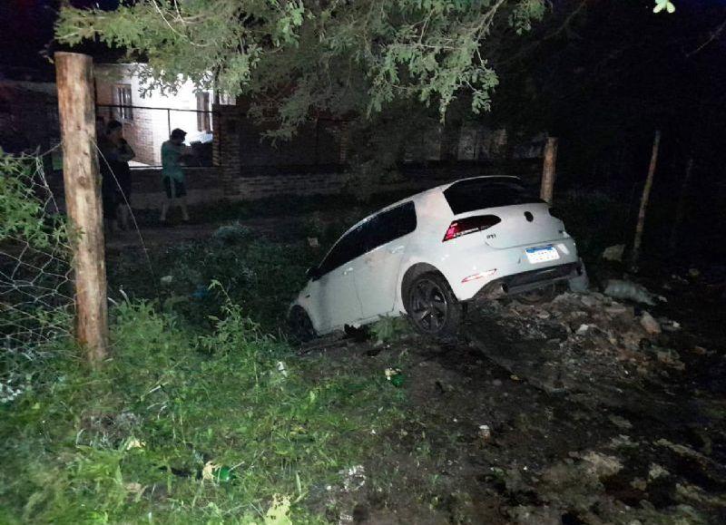 En avenidas Italia y Combate Vuelta Obligado un conductor no logró girar a tiempo y terminó en una zanja. Le fallaron los frenos, dijo.