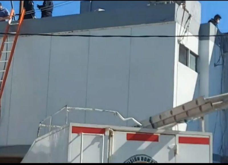 Se trata de Diego López, quien, según versiones de su colega Pablo Garay, que lo acompañaba, relató que López mientras se hallaba realizando tareas de mantenimiento sobre la antena, a unos 25 metros de la terraza, cayó al vacío.