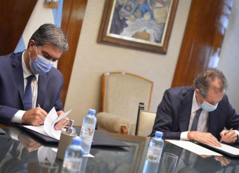 Jorge Capitanich y el presidente del Banco Central de la República Argentina (BCRA), Miguel Pesce, suscribieron este martes un convenio para impulsar la educación financiera en la provincia.