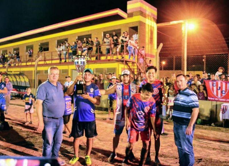 El intendente Sander junto al Chaco Torres entregaron el trofeo a los flamantes campeones.