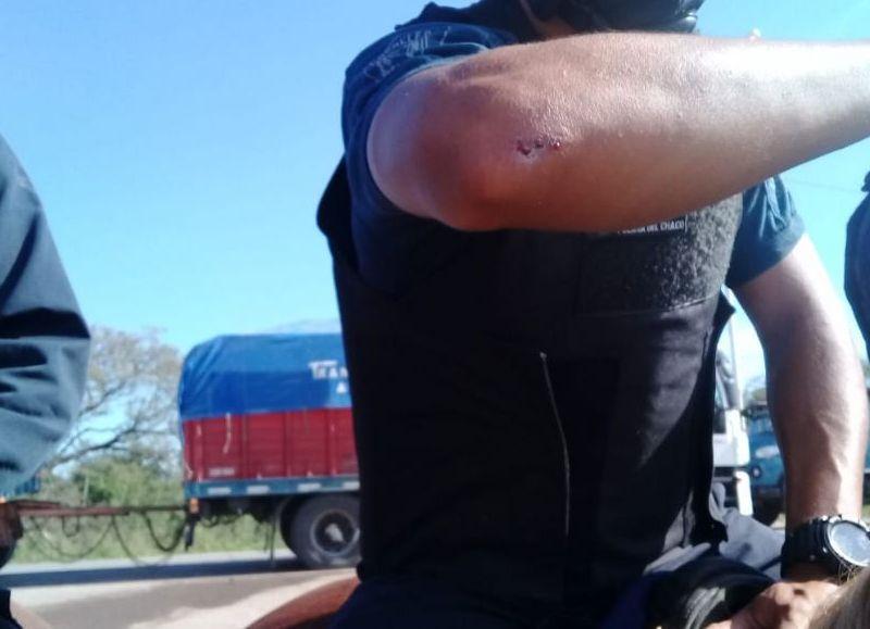 Cuatro policías lesionados y uno internado tras impedir un corte de ruta