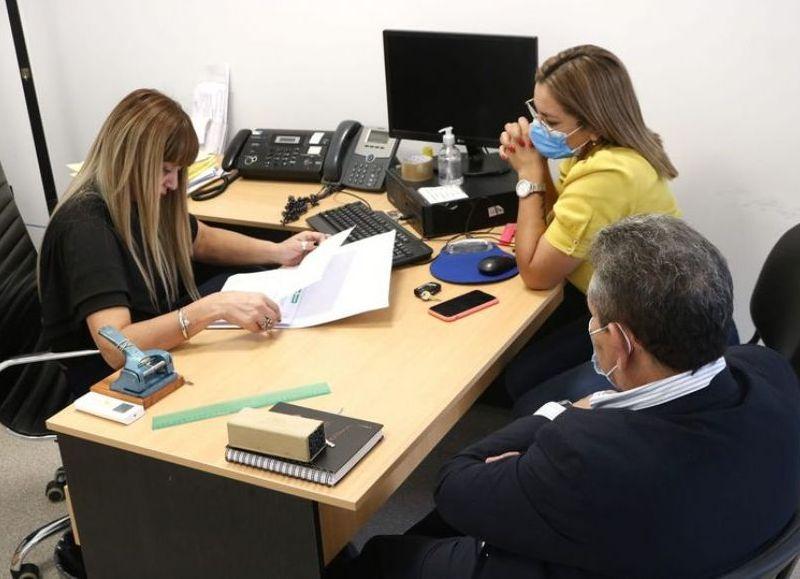La intendenta Ayala y la gerenta de la Sucursal Barranqueras rubricando el convenio.