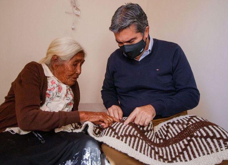 Sabina en su nuevo hogar, sentada en su cama, mostró al gobernador sus tejidos.