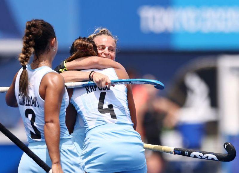 El seleccionado femenino de hockey logró el pase a la pelea por medallas y espera por las vencedoras del duelo entre Australia e India que se juega este lunes.