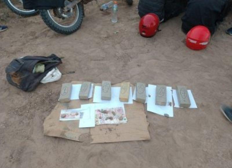 Los jóvenes llevaban 9 envoltorios de marihuana que la Policía terminó secuestrando.