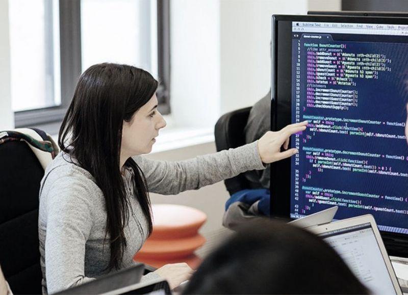 La iniciativa incluye tres cursos gratuitos con foco en la Introducción a la Programación Web, para desarrollar competencias de lógica computacional y el pensamiento algorítmico.