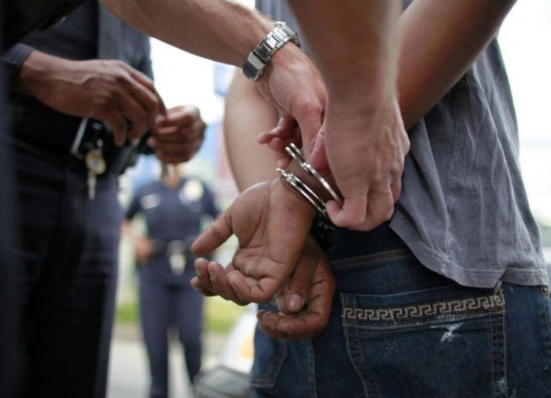 Al llegar la Policía el hombre estaba armado de un cuchillo y una tumbera. Quedó alojado en la Comisaría local.