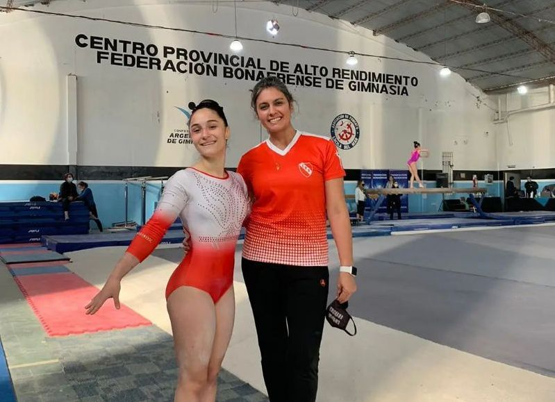 Alexia Agu Gazzola junto a su profesora Carolina Maidana.