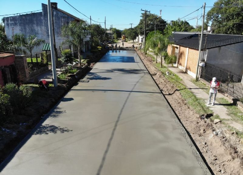 Los trabajos se ejecutan en cinco cuadras del barrio central de la localidad. Al finalizar los trabajos, se contará con una malla pavimentada que elevará la calidad de vida de los vecinos y el tránsito vial de la zona.