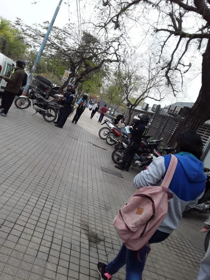 Tránsito levantó todas las motos que estaban estacionadas en la vereda del Perrando.